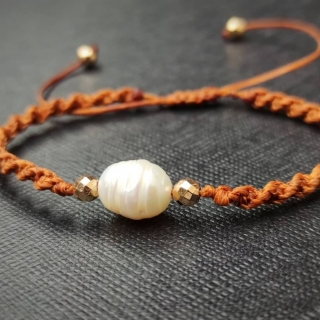 Brown macrame bracelet Code: BBR1000 ______________________________ Βραχιόλι σε καφέ χρώμα με μαργαριταράκι Κωδικός: BBR1000 ______________________________ #jcmacrame #juliascollection #macrame #macramejewelry #macramebracelet #bracelet #braceletoftheday #macramelove #macramedesign #brown #lovebrown #brownonly #loveit❤️